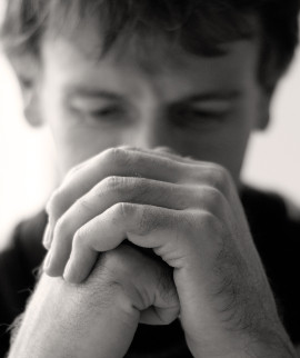 Vyras meldžiasi